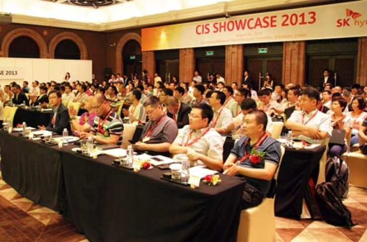 Executives of SK hynix' client companies listen to a briefing about the Korean chipmaker's business strategies for image sensors at the CIS Showcase 2013 in Shenzhen, China, Wednesday. / Courtesy of SK hynix
