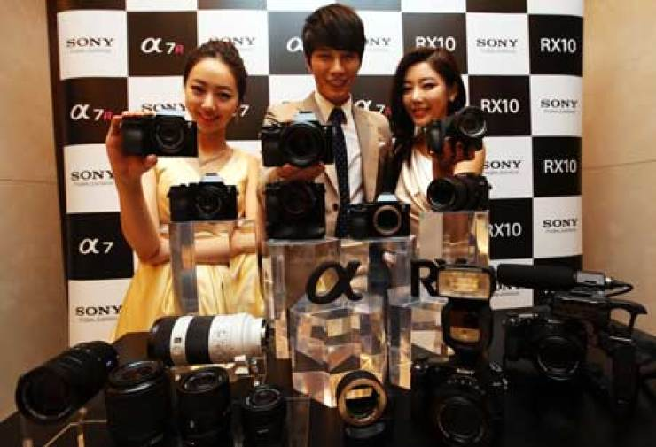 Models pose with Sony's new Alpha-branded full-frame mirrorless cameras during a photo session in the Westin Chosun Hotel, downtown Seoul, Thursday. / Courtesy of Sony Korea