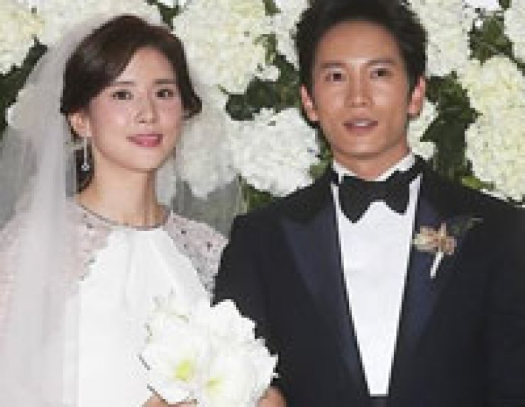 Lee Bo-young, left, and Ji Sung