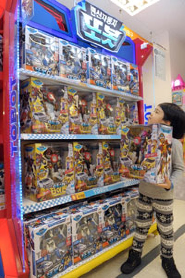A kid holds a Tobot toy at the toy section in emart in Eunpyeong-gu, Seoul, on Dec. 19. / Courtesy of E-Mart