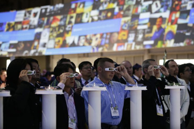 People try out Sony's Smart Eyeglass at the Las Vegas Convention Center at the 2014 International Consumer Electronics Show, Thursday. / AP-Yonhap
