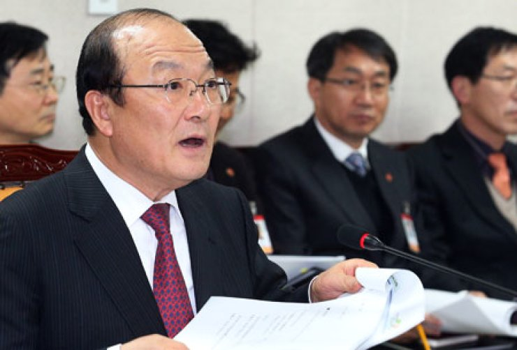 National Health Insurance Service (NHIS) President Kim Jong-dae speaks during a board meeting convened to decide on a compensation suit against tobacco companies at the insurance agency's main office in Yeomri-dong, Seoul, Friday. / Yonhap