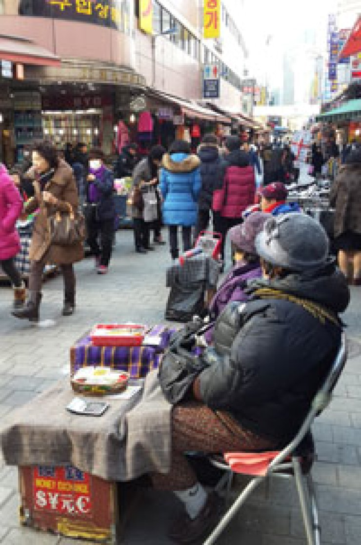 Two money changers sit idle waiting for Japanese or Chinese tourists in Namdaemun market,Wednesday. / Korea Times photo by Choi Kyong-ae