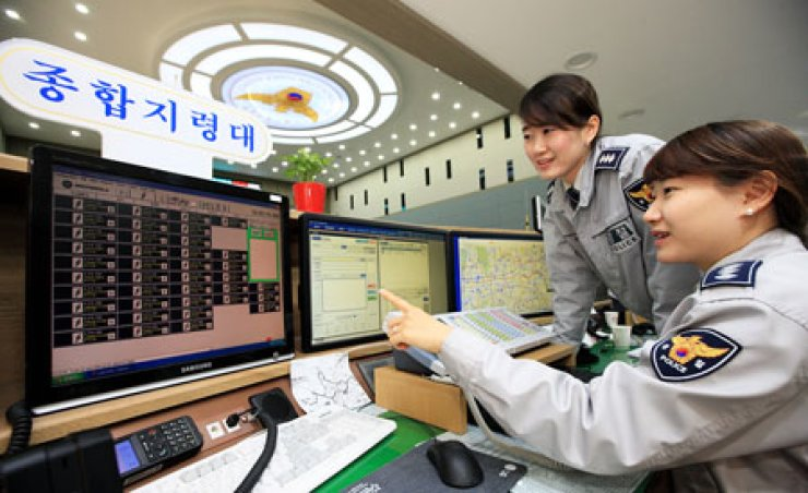 Police officers look at monitors at the 112 crime report center at the Seoul Metropolitan Police Agency in Jongno, central Seoul in this file photo./ Courtesy of KT