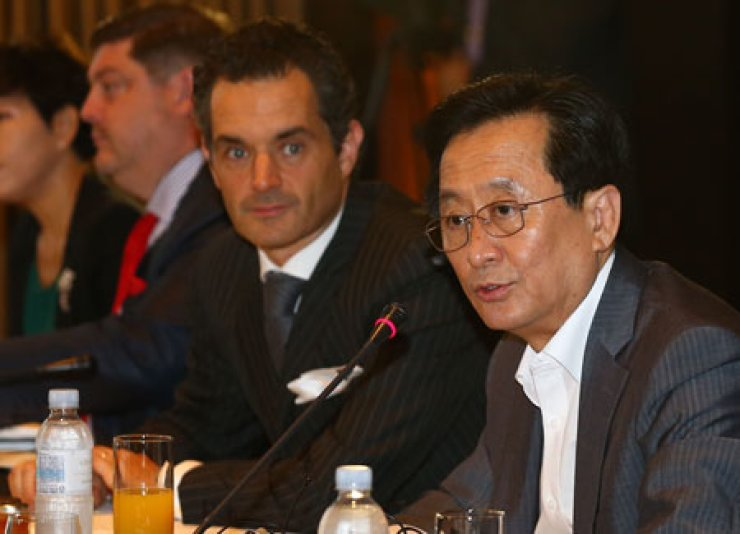 Financial Supervisory Service Governor Choi Soo-hyun, right, speaks at a meeting with CEOs of foreign financial firms at the Conrad Hotel in Yeouido, Seoul, Thursday. / Yonhap