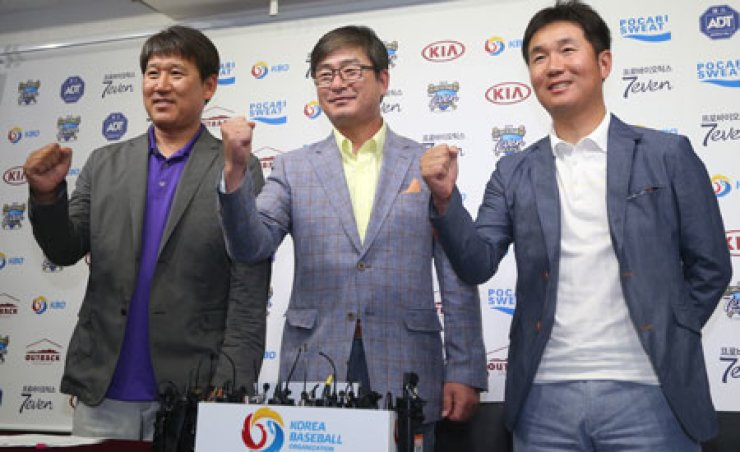 Ryu Joong-il, center, head coach of the national baseball team, poses with his assistant coaches Cho Gye-hyun, left, and Yoo Ji-hyun at the Baseball Hall in Seoul, Monday, after announcing his final roaster for the Incheon Asian Games in September. / Yonhap