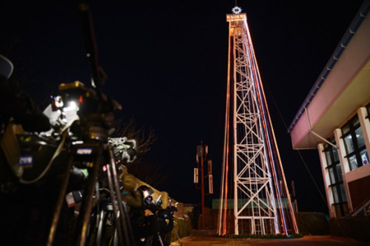 This Dec. 23, 2012 file photo shows Christmas lights on a giant steel tower at the Aegibong Peak Observatory in Gimpo, Gyeonggi Province near the Demilitarized Zone. The tower was removed in October. / Korea Times photo by Kim Joo-sung