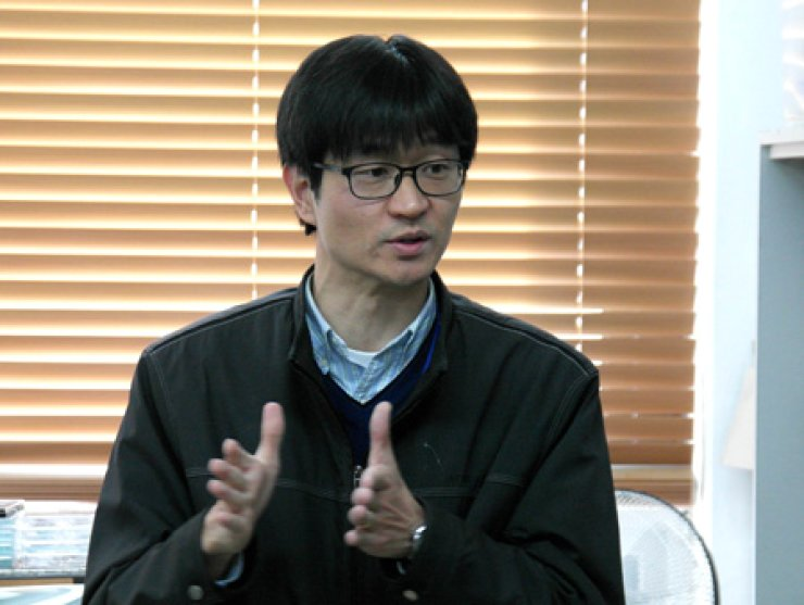 Seol Seung-kwon, a senior researcher at Korea Electrotechnology Research Institute's Nano Hybrid Technology Research Center, speaks about the 3D nano printing technology that his team succeeded in developing for the first time in the world at the institute's research facility in Changwon, South Gyeongsang Province, Thursday. / Courtesy of Korea Electrotechnology Research Institute