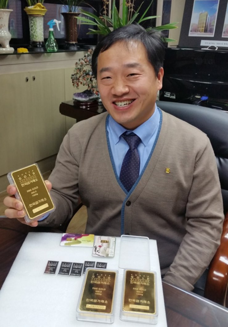 Korea Gold Exchange 3M President Kim An-mo, 46, shows a 1-kilogram gold bar valued at 51 million won ($47,000) during an interview with The Korea Times at his office in Jongno-gu, central Seoul, Friday. / Korea Times photo by Choi Kyong-ae