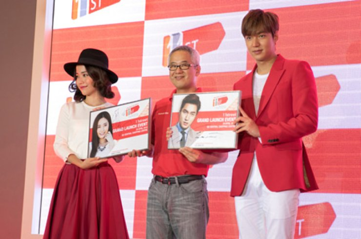 SK Planet CEO Seo Jin-woo, center, celebrates the launch of the company's Malaysian e-commerce service '11street' alongside publicity ambassadorsLee Min-ho, right, and Emily Chan in Kuala Lumpur on Friday. / Courtesy of SK Planet
