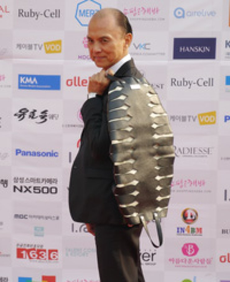 Fashion designer Jimmy Choo holds a bag designed by his chief designer Illiza Ho at the photo zone of 2015 Asia Model Festival,Seoul, Thursday. / Korea Times photo by Kim Jae-heun