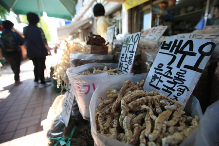 Cynanchum wilfordii, a core ingredient of herbal medicine, is on display in vinyl bags at Kyungdong traditional herb medicine market in Dongdaemun,Seoul, Thursday. / Yonhap