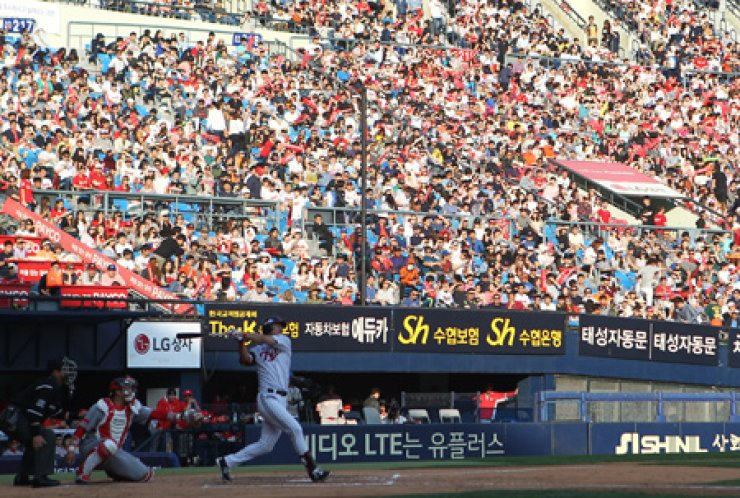 Baseball fans watch a game between the LG Twins and the SK Wyverns at the Jamsil Baseball Stdium on May 16. / Yonhap