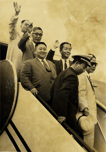 Former President Park Chung-hee, left, shakes hands with then Japanese Foreign Minister Shiina Etsusaburo during his visit to Cheong Wa Dae on May 18, 1965. / Korea Times file