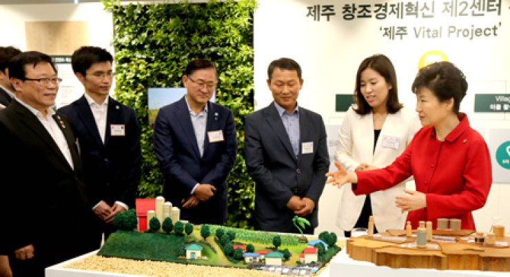 President Park Geun-hye discusses Amore Pacific's 'Jeju Vital Project' with company CEO Suh Kyung-bae, left, at the 'Jeju Creative Economy Innovation Center' on the country's southern resort island, Friday. / Yonhap