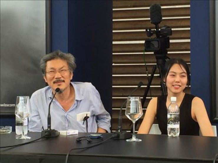 Director Hong Sang-soo, left, and actress Kim Min-hee at the press conference for Hong's film 'Right Now, Wrong Then' at the Locarno International Film Festival in Locarno, Switzerland. The film was awarded the 'Golden Leopard,' Saturday. / Yonhap