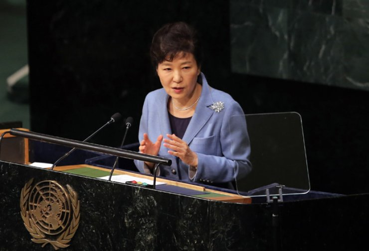 President Park Geun-hye addresses the 70th session of the United Nations General Assembly at U.N. headquarters, Tuesday. She called for international support for unification of the two Koreas, urging the North to open its reclusive regime and scrap its nuclear weapons. / Yonhap