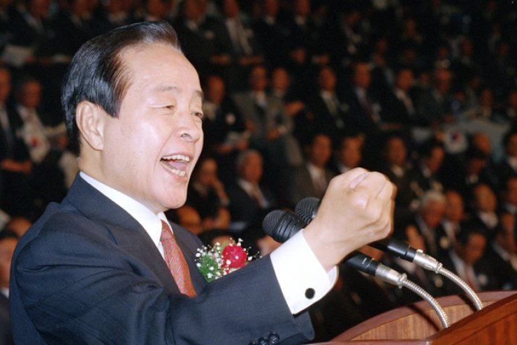 Former President Kim Young-sam speaks during a meeting of the Democratic Liberal Party, the predecessor of the ruling Saenuri Party, in this October 1992 photo when he was head of the party. / Yonhap