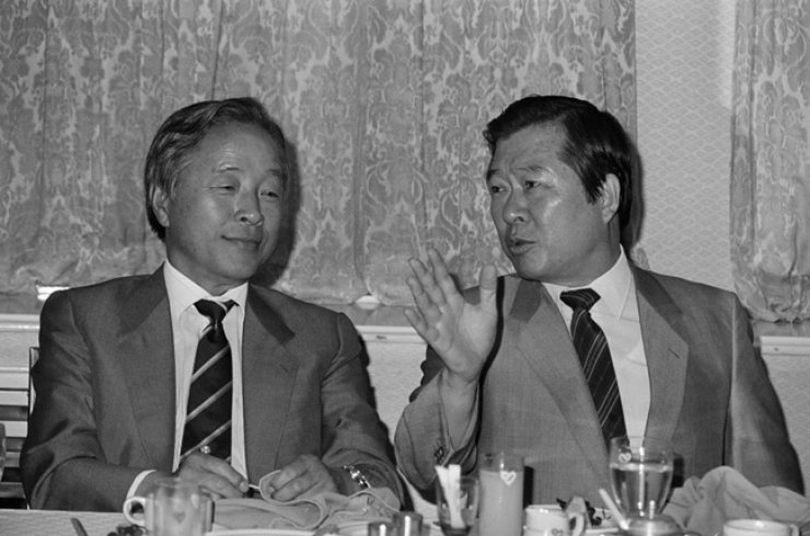 Former Presidents Kim Young-sam, left, and Kim Dae-jung hold a meeting at a Seoul hotel in this July 1986 file photo. They were longtime colleagues and rivals in the pro-democracy movement and politics.  / Yonhap