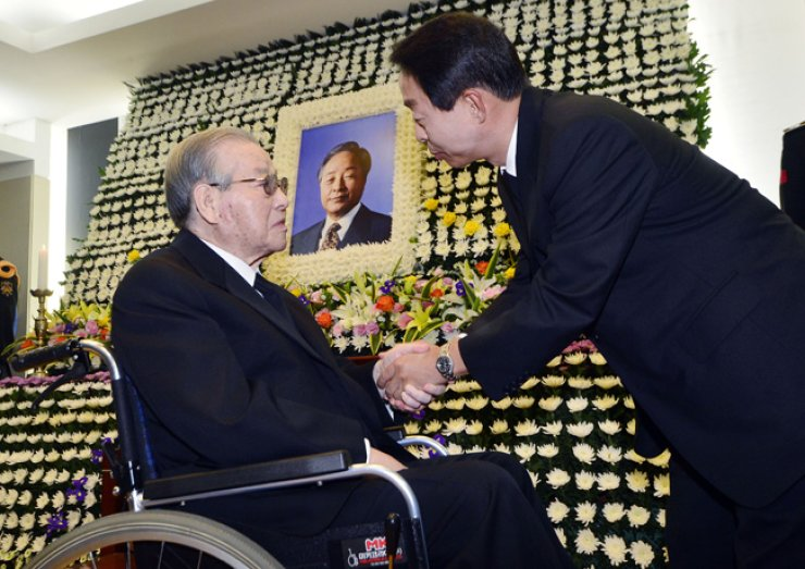 Former Prime Minister Kim Jong-pil, left, offers condolences to Kim Hyun-chul, the son of former President Kim Young-sam, at the former president's memorial altar set up at Seoul National University Hospital in central Seoul, Sunday. / Yonhap