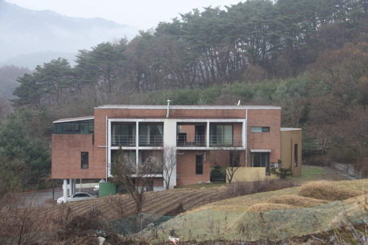 Korean and foreign writers stay and work on their writing in this building that has several single rooms with all the necessary amenities. / Korea Times file