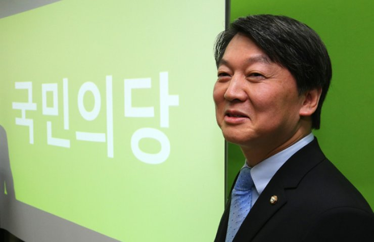 Independent lawmaker Ahn Cheol-soo poses in his office in Seoul, Friday, after announcing that his new party to be launched by early February will be named the 'People's Party.' / Yonhap