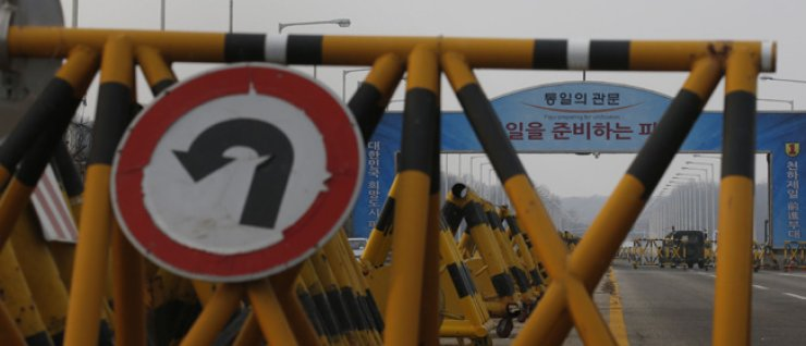 A checkpoint on the road to the Gaeseong Industrial Complex in North Korea / Yonhap