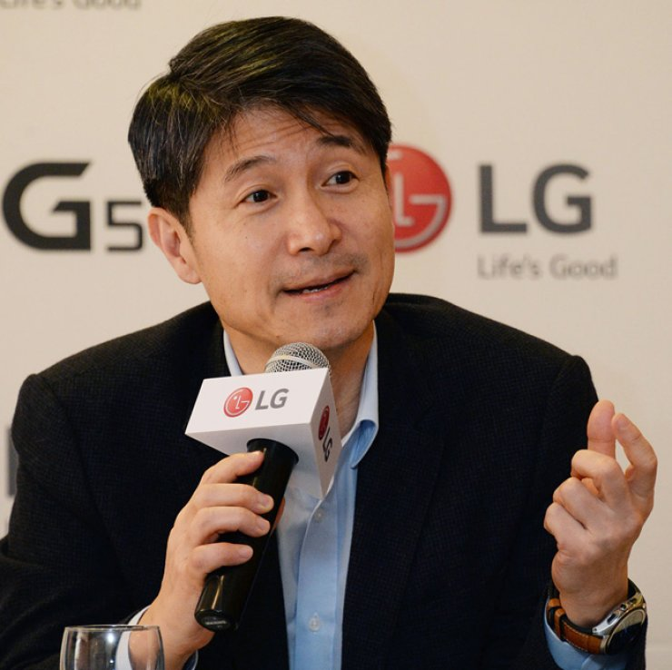 LG Electronics' mobile devices chief Cho Juno talks to Korean media about the company's business strategies on the sidelines of this year's Mobile World Congress in Barcelona, Spain, last week . / Courtesy of LG Electronics
