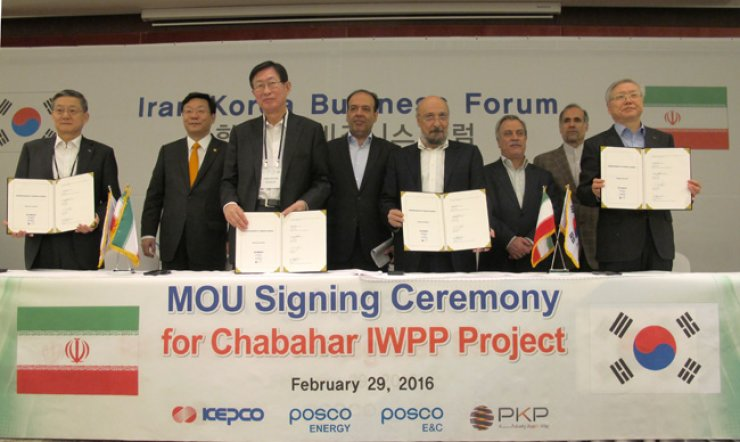 POSCO Energy CEO Yoon Dong-jun, front row left, poses with Korea Electric Power Corp. (KEPCO) CEO Cho Hwan-eik, second from left, and Abdolreza Zorofchian, chairman of Pars Kohan Diar Parsian Steel (PKP), third from left, after signing a memorandum of understanding at the Korea-Iran Business Forum in Tehran, Monday. Under the agreement, POSCO Energy and KEPCO will operate and manage a power plant and a desalination facility, which will be built by POSCO Engineering & Construction, near POSCO's steel mill in the Chabahar Free Trade-Industrial Zone. / Courtesy of POSCO Energy