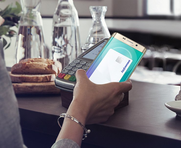 Transition toward cashless society is expected to accelerate with diverse players such as handset manufacturers jumping into the new payment market. / Korea Times file