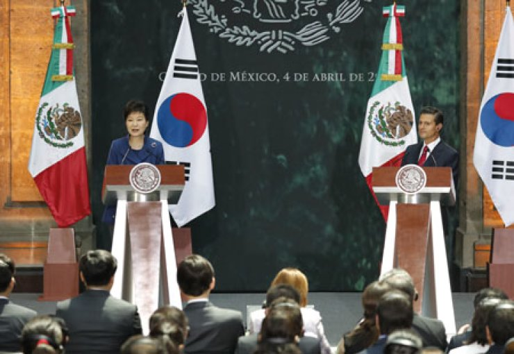 President Park Geun-hye, left, speaks during a joint press conference with Mexican President Enrique Pena Nieto after the summit meeting in Mexico City, Monday (local time). / Yonhap News Agency