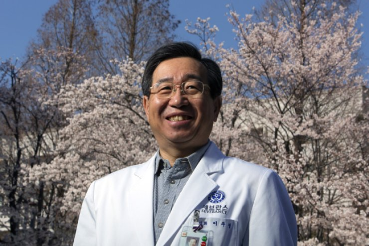 Lee Woo-jung, the first Korean doctor to perform surgery with a robot in 2005, said the first Korea-made surgical robot is expected to hit the market by the end of the year. /Korea Times