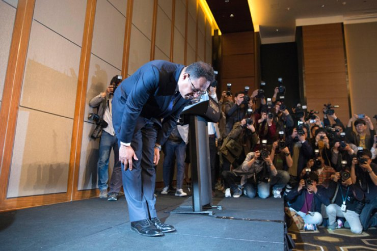 Ataur Rashid Safdar, head of Oxy Reckitt Benckiser, bows as he apologizes to the victims of the company's toxic humidifier disinfectants and sterilizers, and their families during a press conference at the Conrad Seoul Hotel in central Seoul, Monday. / Korea Times photo by Choi Won-suk