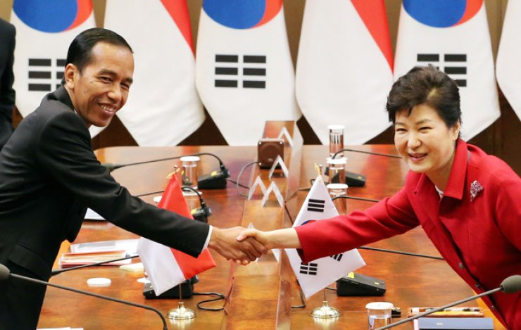 President Park Geun-hye shakes hands with her Indonesian counterpart Joko Widodo during a summit at Cheong Wa Dae, Monday. / Korea Times photo by Hong In-kee