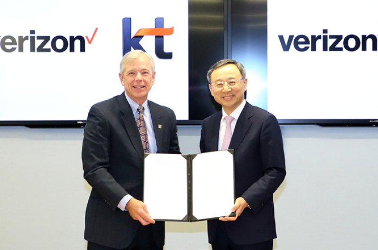 KT Chairman Hwang Chang-gyu, right, poses with Verizon Chairman Lowell McAdam, after signing a partnership over developing core technologies used for fifth-generation (5G) networks, at Verizon headquarters in Basking Ridge, New Jersey, Friday. / Courtesy of KT