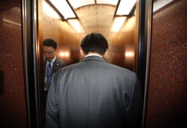 Bank of Korea Governor Lee Ju-yeol enters an elevator at the bank in central Seoul, Monday. Lee was scheduled to return to Korea Tuesday but came back a day earlier, Monday, to discuss measures for containing any domestic economic fallout from the U.K.'s choice to leave the European Union. / Yonhap