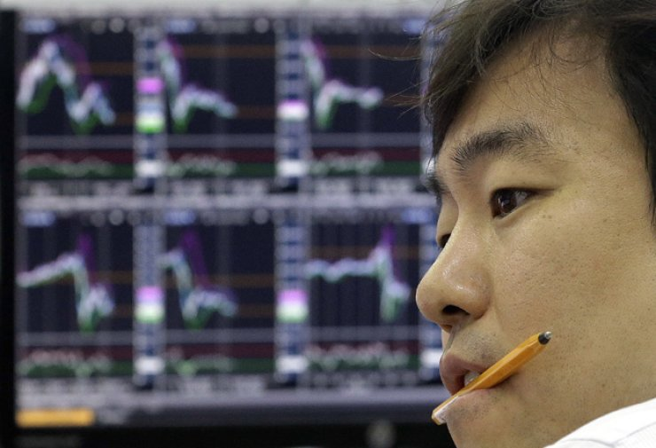 A currency trader watches monitors at the foreign exchange dealing room of the KEB Hana Bank headquarters in Seoul, Monday. / AP-Yonhap