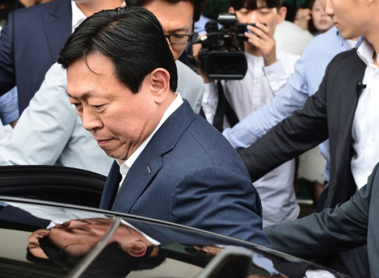 Lotte Group Chairman Shin Dong-bin gets into a car at Gimpo International Airport in western Seoul, Sunday, after returning from Japan. Shin, who left the country several days before the prosecution began an investigation into the group early this month, said he will fully cooperate with prosecutors. / Yonhap