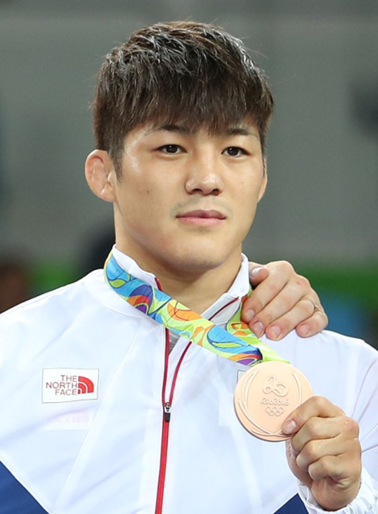 South Korean wrestler Kim Hyeo-woo poses with his bronze medal  on the podium after the men's Greco-Roman 75 kg wrestling match in the Rio de Janeiro Olympics at Carioca Arena 2, Sunday. / Yonhap