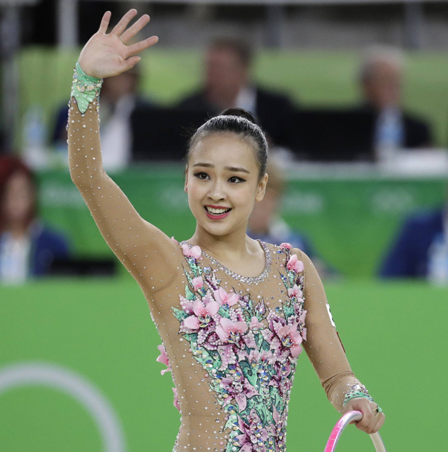 Rhythmic gymnast Son Yeon-jae shapes heart for fans after her final competition, Saturday, in Rio Games. / Yonhap