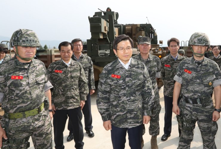 Prime Minister Hwang Kyo-ahn, center, visits an artillery unit of the Marine Corps, stationed on Ganghwa Island off Incheon, Sunday, amid growing military tension following North Korea's fifth nuclear test, Friday. / Yonhap