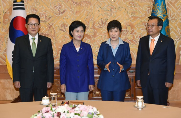 President Park Geun-hye poses with the leaders of the three major parties ahead of talks at Cheong Wa Dae, Monday. From left are People's Party floor leader Park Jie-won, Minjoo Party of Korea Chairwoman Choo Mi-ae, Park and Saenuri Party Chairman Lee Jung-hyun. Park called on the political circle to have a united front against growing North Korean threats. / Korea Times photo by Koh Young-kwon