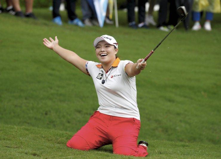 Golfer Jang Ha-na celebrates after winning the Fubon LPGA Taiwan Championship in New Taipei city, Taiwan, Sunday./ EPA-Yonhap