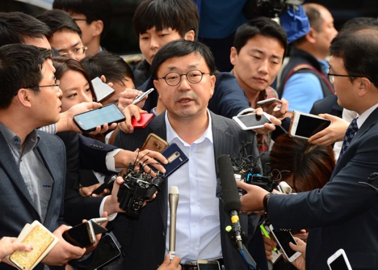 Cho In-geun, a former senior presidential secretary in charge of speeches and records, replies to questions from reporters about the scandal over Choi Soon-sil in Seoul, Friday. / Korea Times photo by Oh Dae-geun