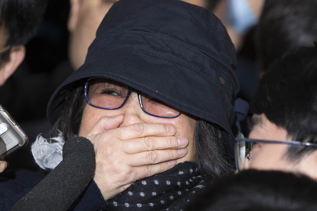 Choi Soon-sil walks into the Seoul District Prosecutors' Office in southern Seoul covering her mouth with a hand on Monday 3 p.m. She said, 'I'm so sorry. please forgive me.' / Korea Times photo by Choi Won-suk