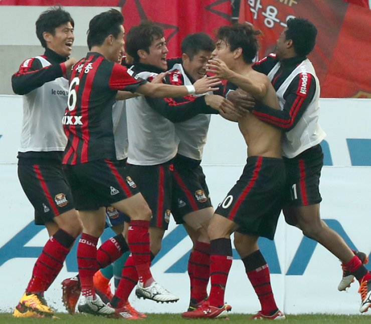 FC Seoul striker Park Chu-young, second from right, celebrates with his teammates after scoring a goal in the 2016 K League Classic title match against Jeonbuk Hyundai Motors in Jeonju World Cup Stadium, Sunday. FC Seoul won the game 1-0 and became the winner of the top Korean professional football league. It is their first K League title since 2012. / Yonhap
