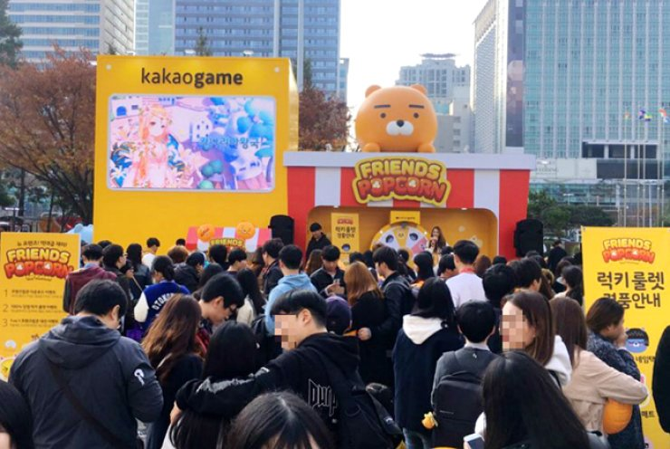 Visitors queue to play Kakao's mobile game 'Friends Popcorn' during the G-Star 2016 international gaming exhibition at the BEXCO exhibition center in Busan, Friday. / Courtesy of Kakao