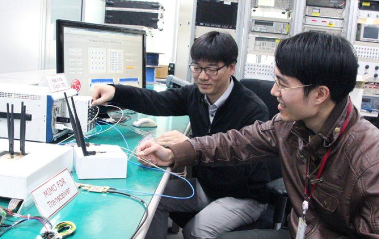 Researchers from LG Electronics and Yonsei University demonstrate full duplex radio technology based on an 80 megahertz multiple-input multiple-output broadband antenna at the electronics company's research and development campus in Seocho, southern Seoul, Tuesday. / Courtesy of LG Electronics