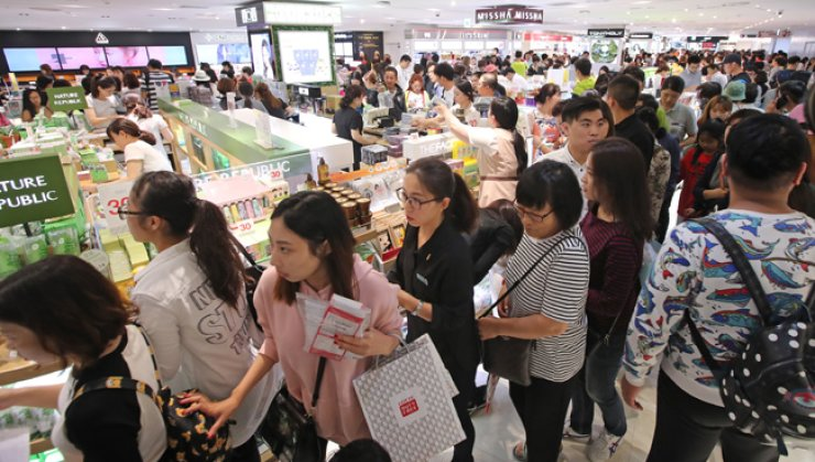 Lotte's Duty Free Shop in central Seoul bustles with shoppers on Oct. 2, 2016 - during China's week-long National Day Holiday, when large numbers of Chinese visit Korea every year. / Yonhap