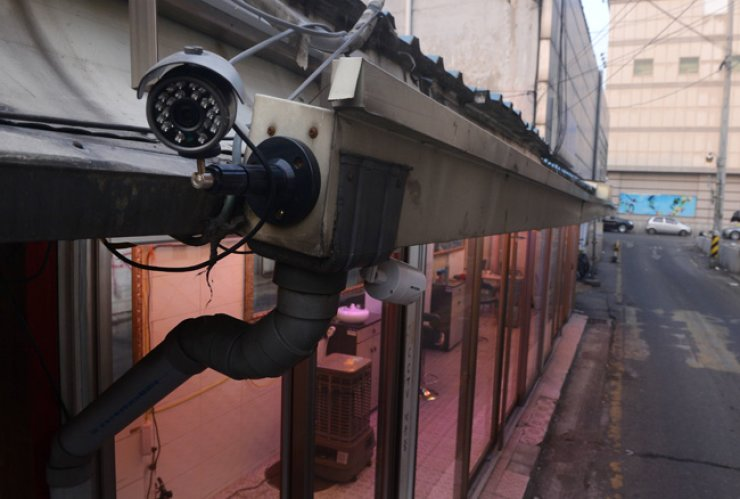 A CCTV installed in a red-light district in downtown Seoul, Thursday. / Korea Times photo by Kim Joo-young